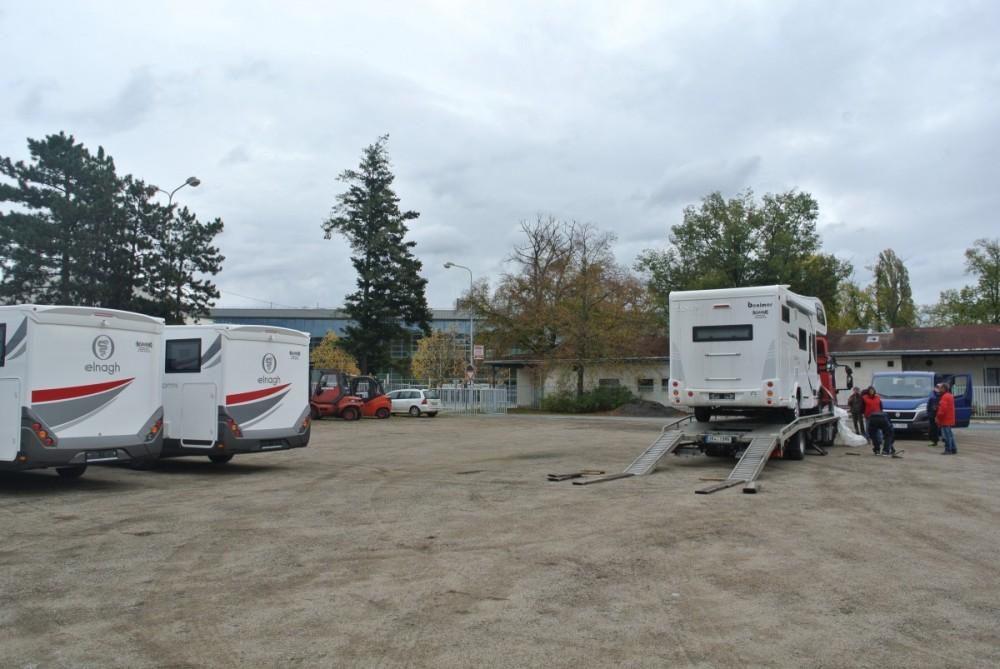 Obytné vozy již máme v Brně na výstavišti.Další budeme postupně dovážet.