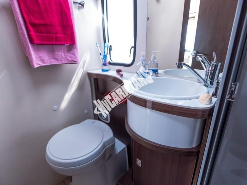 Toaleta obytného karavanu Benimar Tessoro T413