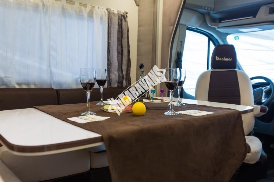 Jídelní stůl obytného vozu Benimar Tessoro T485