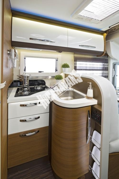 Celointegrovaný karavan Elnagh Magnum 55 s garáží  150 PS Klimatizace  Safety Pack č.9